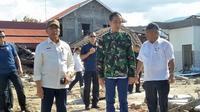 Presiden Joko Widodo (Jokowi) bersama dengan Menteri PUPR Basuki Hadimuljono dan Menko Polhukam Wiranto mengunjungi lokasi gempa di Palu, Sulawesi Tengah. (Septian Deny/Liputan6.com)