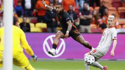Setelah itu, Die Oranje mulai melancarkan serangan bertubi-tubi. Hasilnya terlihat pada menit ke-24, di mana Memphis Depay sukses menambah koleksi golnya memanfaatkan asis dari Donyell Malen. Belanda pun unggul 1-0. (Foto: AP/Pool/Koen van Weel)
