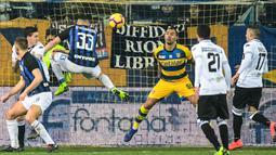 Bek Inter Milan, Danilo D'Ambrosio, melepaskan tandukan kepala ke gawang Parma pada laga Serie A di Stadion Ennio-Tardini, Sabtu (9/2). Inter Milan menang 1-0 atas Parma. (AFP/Miguel Medina)
