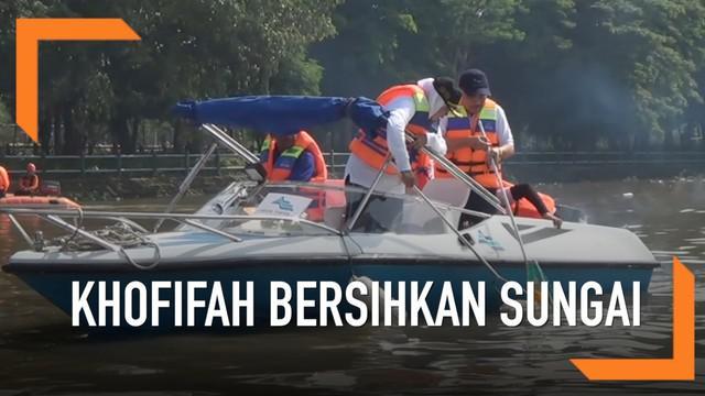 Gubernur Khofifah Indar Parawansa mencari sampah popok yang ada di sepanjang Sungai Brantas, Jawa Timur.