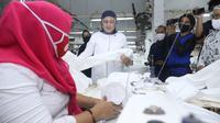 Menteri Ketenagakerjaan Ida Fauziyah meninjau UPK PPUMKMP, di Pondok Indah Kapuk Pulogadung, Jakarta Timur, Rabu (1/7/2020). (Dok Kemnaker)