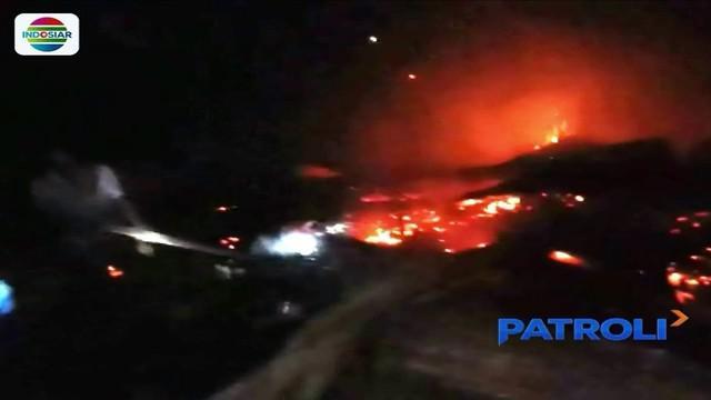 Ditinggal mudik Lebaran, sebuah rumah di Polewali Mandar, Sulawesi Barat, ludes dilalap api.