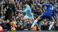 Gelandang Manchester City Bernardo Silva berusaha melewati pemain Chelsea Marcos Alonso saat pertandingan Liga Inggris di Stadion Etihad, Manchester (4/3). Dengan kemengan ini Man City kian mendekati gelar juara Premier League. (AP Photo / Rui Vieira)