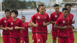 Bek Persija Jakarta, Rezaldi Hehanussa, bersama rekan-rekan berlari saat latihan di Lapangan Sutasoma Halim, Jakarta, Sabtu (3/3/2018). Latihan ini digelar sebelum berangkat ke Vietnam untuk melawan SLNA pada Piala AFC. (Bola.com/Asprilla Dwi Adha)