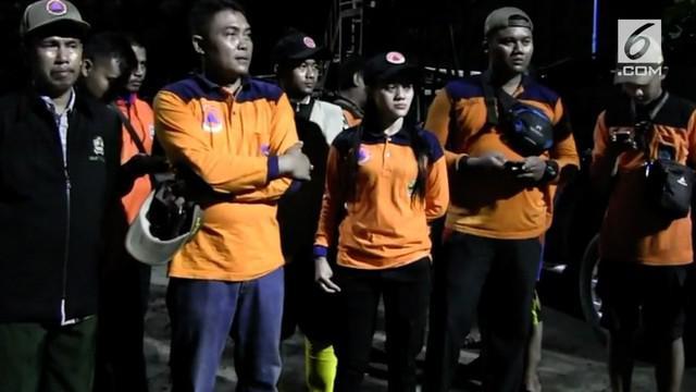 Tim sar dari BPBD kota Tegal, Jawa Tengah, hingga Rabu tengah malam, terus melakukan upaya pencarian terhadap satu korban tertabrak kapal tongkang,di Anjungan Pantai Alam Indah.
