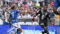 Mike Maignan dituding sebagai sebab kekalahan Lille dari Strasbourg setelah menerima kartu merah. (AFP/Patrik Hertzog)