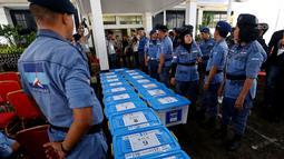 Sejumlah kotak berisi berkas yang dibawa Partai Demokrat saat mendaftarkan diri ke Komisi Pemilihan Umum (KPU) Jakarta, Senin (16/10). Partai Demokrat membawa 17 kotak berisi dokumen sebagai syarat pendaftaran. (Liputan6.com/JohanTallo)