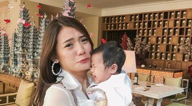 7 Potret Cantik Anissa Aziza Istri Raditnya Dika Bersama Bayinya