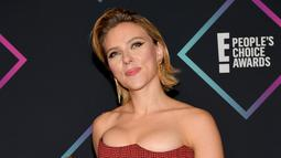 Scarlett Johansson berpose dengan piala yang diraihnya di People's Choice Awards 2018 di Santa Monica, California (11/11). Scarlett Johansson berhasil memenangkan piala dari kategori 'Female Movie Star 2018. (AFP Photo/Getty Images/Matt Winkelmeyer)