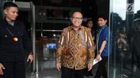 Direktur Utama BPJS Ketenagakerjaan, Agus Susanto berjalan meninggalkan Gedung KPK, Jakarta, Rabu (3/1). Agus Susanto menyerahkan santunan jaminan kecelakaan kerja kepada ahli waris salah satu karyawan KPK. (Liputan6.com/Helmi Fithriansyah)