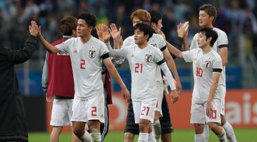 Para pemain Jepang bersalaman usai pertandingan melawan Uruguay pada grup C Copa America 2019 di Arena Gremio di Porto Alegre, Brasil (20/6/2019). Jepang bermain imbang 2-2 atas Uruguay. (AP Photo/Silvia Izquierdo)