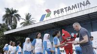 Anak-anak menerima sertifikat usai mendapatkan pelatihan sepak bola dari Liverpool di Lapangan Sepak Bola Pertamina, Jakarta, Jumat (9/3/2018). Kegiatan ini dalam rangka LFC World Jakarta. (Bola.com/Vitalis Yogi Trisna)