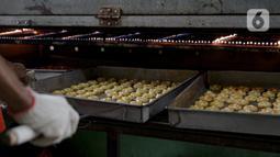 Pekerja saat memanggang kue kering di sebuah industri rumahan di Kawasan Kwitang, Jakarta, Jumat (30/4/2021). Tahun ini produksi kue kering menjelang lebaran mulai meningkat namun masih mengalami penurunan produksi hingga separuhnya dibandingkan dengan sebelum pandemi. (Liputan6.com/Faizal Fanani)