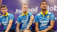 Tiga pemain baru Persib dikenalkan secara resmi di Graha Persib, Bandung, Selasa (20/8/2019). (Bola.com/Erwin Snaz)