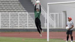 Kiper Timnas Indonesia U-22, Satria Tama, menangkap bola saat latihan di Stadion Madya, Jakarta, Jumat (18/1). Latihan ini merupakan persiapan jelang Piala AFF U-22. (Bola.com/Yoppy Renato)