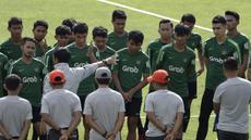 Para pemain Timnas Indonesia U-22 mendengarkan instruksi dari Indra Sjafri saat latihan di Stadion Madya, Jakarta, Kamis (17/1). Latihan ini merupakan persiapan jelang Piala AFF U-22. (Bola.com/Yoppy Renato)