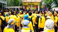 Seorang mahasiswa berjaket kuning melakukan orasi politiknya dari atas panggung  saat menggelar Rapat Akbar Gerakan Anti Korupsi (GAK) Nasional di Kampus UI Salemba, Jakarta, Jumat (20/3/2015). (Liputan6.com/Yoppy Renato)