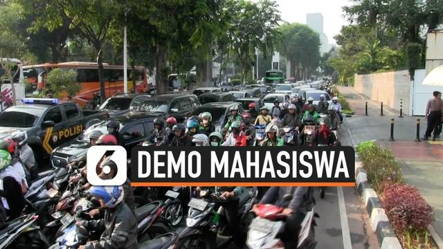 Petugas kepolisian menutup sejumlah ruas jalan yang mengarah ke Senayan khususnya gedung MPR/DPR. Petugas mengarahkannya ke sejumlah jalan alternatif, akibatnya kemacetan terjadi di jalan-jalan alternatif.