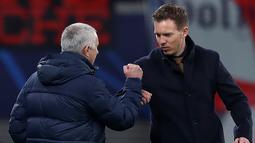 "Pelatih Tottenham Hotspur, Jose Mourinho dan pelatih RB Leipzig Julian Nagelsmann melakukan ""Elbow bump"" diakibatkan mewabahnya virus corona usai pertandingan leg kedua babak 16 besar Liga Champions di Red Bull Arena, Jerman (10/3/2020). (AFP/Ronny Hartmann)"