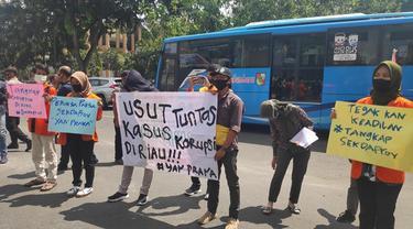 Demonstrasi mahasiswa di depan Kejati Riau menuntut penuntasan korupsi, salah satunya bansos Siak.