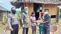 Personil Polres Mamuju Utara saat menyelurkan bantuan sembako kepda warga di Dusun Saluraya, Pasangkayu (Liputan6.com/Abdul Rajab Umar)