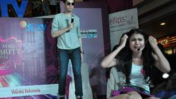 Saat beradu akting dengan Kevin Julio, salah satu peserta Miss Celebrity Jakarta 2014 harus menangis tersedu-sedu, (21/9/14). (Liputan6.com/Miftahul Hayat)