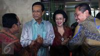 Sri Sultan Hamengkubuwono X (kedua kiri) didampingi Wakil Ketua DPD GKR Hemas saat melakukan Halal Bihalal dengan Warga Yogyakarta yang ada di Jakarta, Minggu (24/7). (Liputan6.com/Johan Tallo)