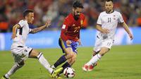 Gelandang Spanyol, Isco, berusaha melewati pemain Albania pada laga Kualifikasi Piala Dunia 2018 di Stadion Rico Perez, Jumat (6/10/2017). Spanyol menang 3-0 atas Albania. (AP/Alberto Saiz)