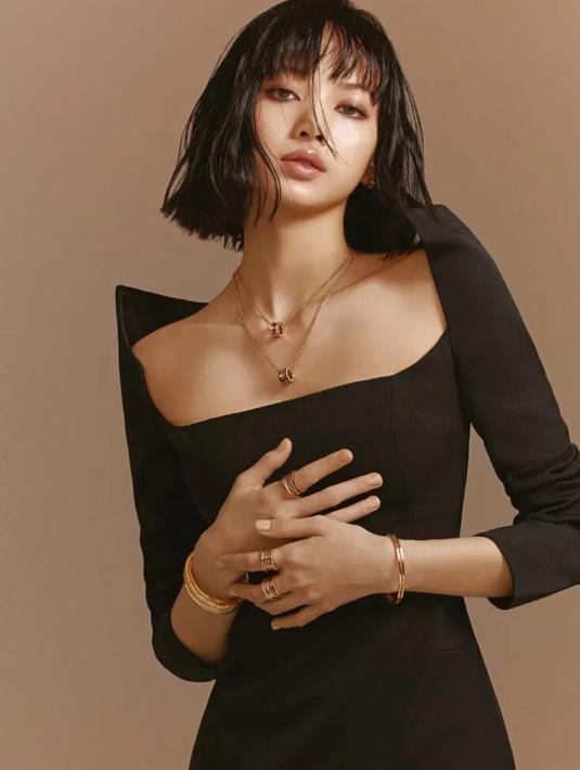Lisa memakai Gelang BVLGARI B.ZERO1 untuk pemotretan Vogue Hong Kong yang dijual seharga sekitar Rp94 juta. Sebagian besar cincinnya juga berada dalam kisaran harga ini. Instagram (@lalalalisa_m)