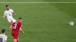 Pemain Italia Lorenzo Insigne mencetak gol ke gawang Turki pada pertandingan Grup A Euro 2020 di Stadion Olimpiade, Roma, Italia, 11 Juni 2021. Lorenzo Insigne melesakkan tendangan terukur dari sebelah kiri yang berakhir menjadi gol cantik. (Andrew Medichini/AFP)