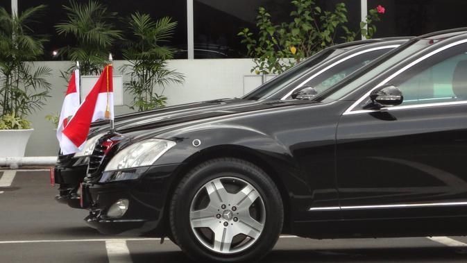 Keduanya hadir ke acara pelantikan menggunakan mobil Mercedes Benz S500 berkelir hitam.