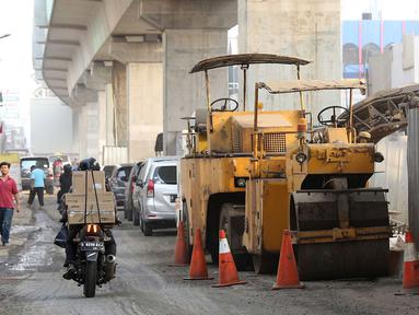 Kendaraan melintasi Jalan Panglima Polim Raya yang mengalami penyempitan di Jakarta, Rabu (8/8). Penyempitan jalan terjadi karena adanya proyek MRT dan perbaikan jalan. (Liputan6.com/Immanuel Antonius)