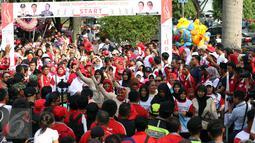 Peserta melambaikan tangan saat Kirab Kebangsaan Indonesia Raya di Cibinong, Kab Bogor, Minggu (14/5). Kirab diikuti puluhan organisasi kepemudaan se Kabupaten Bogor. (Liputan6.com/Helmi Fithriansyah)