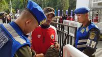 Aparat keamanan saat memeriksa tas calon penonton pada rangkaian final Piala Presiden 2018 di SUGBK, Sabtu (17/2/2018). (Bola.com/Zulfirdaus Harahap)