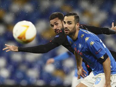Bek Napoli, Nikola Maksimovic dan penyerang Real Sociedad, William Jose memperebutkan bola pada matchday terakhir Grup F Liga Europa di Diego Armando Maradona, Jumat (11/12/2020) dini hari WIB. Napoli bermain imbang 1-1 melawan Real Sociedad. (Alessandro Garofalo/LaPresse via AP)