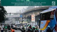 Kendaraan melintas di bawah papan informasi sistem ganjil genap di Jalan S Parman, Jakarta, Rabu (1/8). Pemprov DKI hari ini resmi memberlakukan sistem ganjil genap dengan memberikan sanksi tilang bagi pengendara yang melanggar. (Liputan6.com/Johan Tallo)