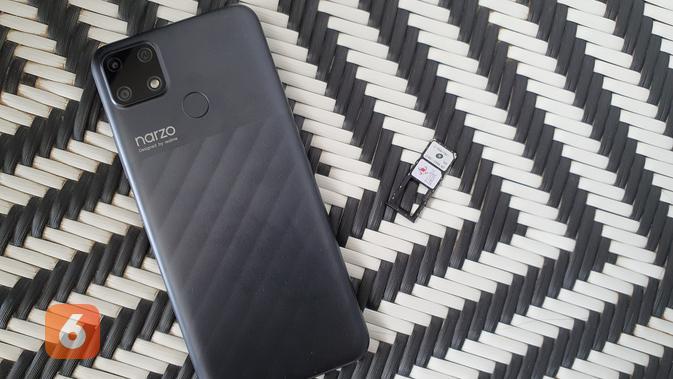 Realme Narzo 30A didukung tiga slot kartu, masing-masing dua slot SIM dan satu slot SD Card (Liputan6.com/ Agustin Setyo W)