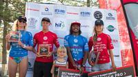 Surfer asal Indonesia, Hairil Anwar Hamzah (kedua dari kanan), sukses mengibarkan bendera Merah Putih setelah menjadi yang terbaik pada ajang Flight Centre Burleigh Pro 2017 di Australia, Minggu (29/1/2017). (Istimewa)