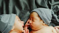 Ilustrasi anak kembar. (dok. unsplash.com/roseelena_)