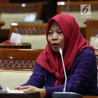 Terpidana kasus pelanggaran UU ITE sekaligus korban pelecehan seksual Baiq Nuril (kanan) berbicara dalam rapat pleno Komisi III DPR di Gedung Nusantara III, Jakarta, Rabu (23/7/2019). Dalam kesempatan itu, Baiq Nuril mengungkapkan dirinya merasa mendapat ketidakadilan. (Liputan6.com/JohanTallo)