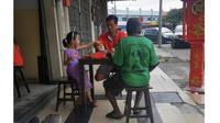 Viral Foto Ayah dan Anak Ajak Gelandangan Makan Bersama (Sumber: Facebook/Willy Chong)
