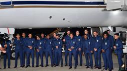 Para pemain Brasil menggunakan setelan jas saat tiba di Sochi airport, Rusia, (11/6/2018). Brasil berada pada grup E dengan Kosta Rika, Swis dan Serbia. (AFP/Nelson Almeida)