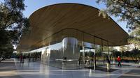 Fasilitas Visitor Center di kawasan Apple Park yang resmi dibuka untuk umum di Cupertino, California, Jumat (17/11). Dalam pembukaan, Apple mengundang warga sekitar untuk merasakan pengalaman dengan inovasi yang dihadirkan di Apple Park. (AP/Eric Risberg)