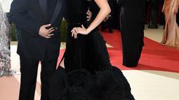 Model Bella Hadid ditemani sang kekasih, The Weeknd tiba di ajang Met Gala 2016 di Metropolitan Museum of Art, New York City, Senin (2/5). Keduanya tampil senada mengenakan warna hitam. (Larry Busacca/GETTY IMAGES NORTH AMERICA/AFP)