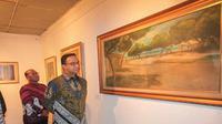 Gubernur Provinsi DKI Jakarta, Anies Baswedan tengah melihat karya seni lukis usai pencanangan revitalisasi TIM, beberapa waktu lalu.