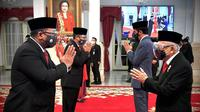 Wakil Presiden Ma'ruf Amin (kanan) memberi selamat kepada Yaqut Cholil Qoumas usai Presiden Joko Widodo melantiknya sebagai Menteri Agama di Istana Negara, Jakarta, Rabu (23/12/2020). (Foto: Muchlis Jr - Biro Pers Sekretariat Presiden)