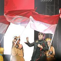 Atta Halilintar Kibarkan Bendera Merah Putih di Panggung YouTube FanFest Indonesia 2019. (Bambang E Ros/Fimela.com)