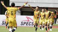 Pemain Mitra Kukar, Achmad Faris, merayakan gol yang dicetak nya ke gawang Bhayangkara FC pada laga Piala Presiden 2019 di Stadion Patriot, Jawa Barat, Senin (11/3). Bhayangkara FC menang 2-1 atas Mitra Kukar. (Bola.com/M Iqbal Ichsan)