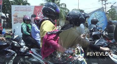 Unggahan pria ini pasti bakalan bikin kamu berpikir dua kali kalau mau pakai jaket terbalik saat mengendarai motor. (Foto: YouTube.com)