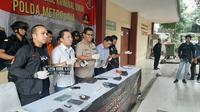 Polda Metro Jaya mengungkap kasus tindak pidana pencurian dengan kekerasan, serta kepemilikan senjata api tanpa izin. Sabtu (15/6/2019). (Liputan6.com/ Yopi Makdori)